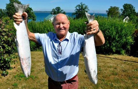 FISKELYKKE: Laksefisker Arne Kalvenes er storfornøyd med årets fangst. Her holder han to på 3,5 og 2,7 kilo.