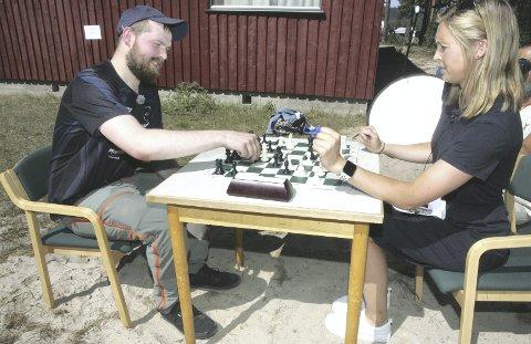 FASCINERT: Kaja Snare utfordret Daniel Sørli til en runde med sjakk under norgescupstevnet på Rena tidligere i år. Nå håper NRK-reporteren at Magnor-gutten kan sette sitt preg på årets utgave av Landsskytterstevnet. FOTO: HENNING DANIELSEN