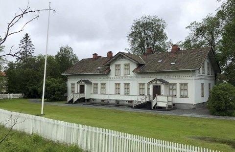 SVEITSERSTIL: Lunderbye Nor går på tvangssalg for 5,5 millioner kroner. Herskapsboligen ble bekostet av  Arne O. Lunderbye fra Eidskog og satt opp av byggmester Günther Schüssler for 160 år siden.