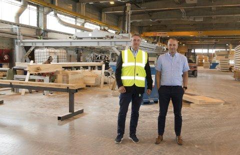 HAR VEKST: Nordisk massivtre på SIVA styrker bemanningen innenfor salg/markedsføring, og allerede neste år håper de å øke til to skift i produksjonen. - Etter en etableringsfase på to år, er vi nå klare til å ekspandere, fastslår daglig leder Stein Wasa (til høyre) og styreleder Sven Østgulen.