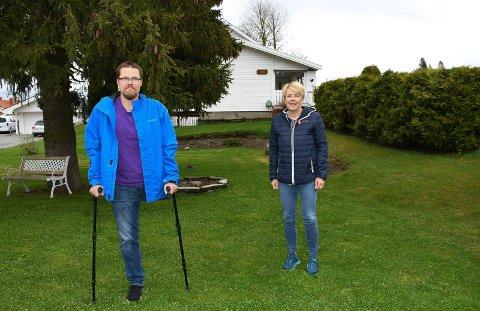 KREFTFRI, MEN MERKET: Øystein Bækkevold måtte amputere venstrebeinet i 2019. Her ser vi 46-åringen sammen med kreftkoordinator Heidi Nordsveen i Ringsaker kommune. Begge har en sentral rolle i Stafett for livet.