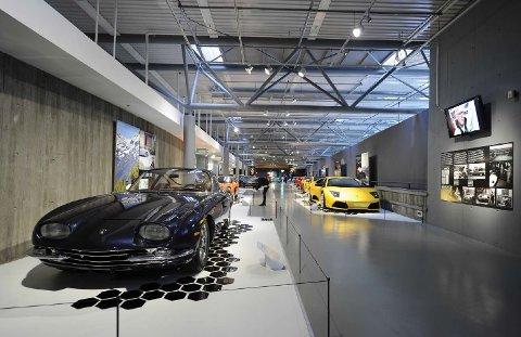 DATT NED: Det var under denne aktuelle utstillingen av Lamborghinier i Norsk vegmuesum studenten datt ned fra rekkverket og ned 4,5 meter på et betonggulv. Til høyre i bildet ser vi Molton-duken som ga etter.