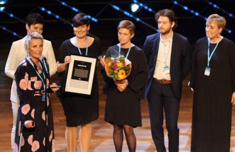 Peer Gynt-ansatte på scenen etter å ha mottatt prisen på Hamar kulturhus tirsdag kveld.