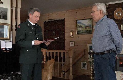 Områdesjef Per Gunnar Hagelien (t.v) leser takketale til Arne Sagmoen