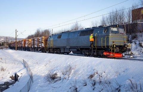 Et tømmertog sporet av jernbanen på vei gjennom Lillehammer, mellom Biltema og Felleskjøpet.
