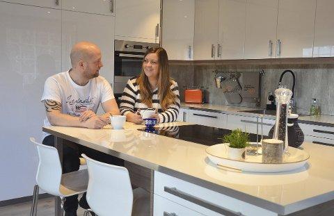 EGEN LEILIGHET: Jenni Jenserud og Kjell Vidar Martinsen har enda korte veg på jobb, med leilighet rett over fotobutikken.