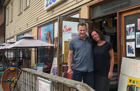 UTVIKLING: Leif Tore Johansen og Anette Mortensen Johansen hos Lassie og Garfield mener utviklingen i Gran sentrum er bra for både sentrene og de små butikkene i Storgata.