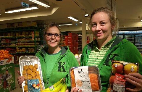 UTVALG: Butikksjef Hilde Børresen og medarbeider Marie Jansen Helbostad tror godt utvalg gjør at mange handler fisk, frukt og grønt på Kiwi Eina.