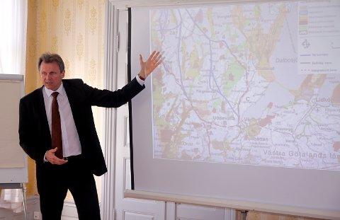 Knut Halvorsen viste ulike trasevalg for en ny jernbane mellom Norge og Sverige. Han er tydelig på at Halden må si nei til de eksisterende planene.