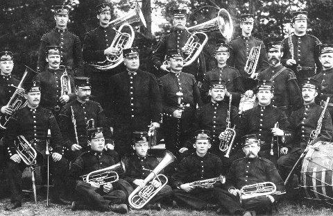 MILITÆRMUSIKKEN: 1. Brigades Musikkorps ca. 1899. Dirigent og marsjkomponist Oscar Borg er nr. tre av de stående fra venstre. Foran som nummer to fra venstre sitter Håkon Aasekjær, som senere ble dirigent for det samme orkesteret.