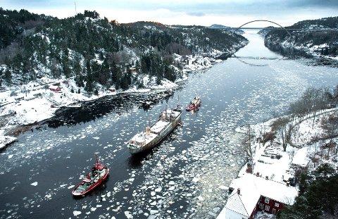 SLEPT UT: Slik så det ut da «Hamen» ble slept ut av fjorden for siste gang i desember 2012.