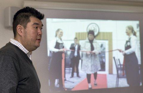 FOREDRAG: Hai Hang holdt nylig et foredrag om sitt liv til TV-kameraer.
