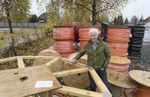 UTBYGGING: Ordfører Einar Busterud blir glad når han ser de store rullene med fiberkabel på Ajer. – Denne kabelen er blitt like viktig som vann og kloakk, sier Busterud. Foto: Jo E. Brenden