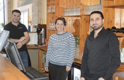 STOLT: Programrådgiver i Ringsaker kommune, Lisa Gilbert er veldig stolt over at hennes tidligere elever Hamid Alhamid (t.h) og Mazhar Alibrahim klarte å åpne restauranten Mix i Strandgata. Hassan Ali, som gikk på samme kurs jobber også på restauranten, hadde fri da HD var på besøk.