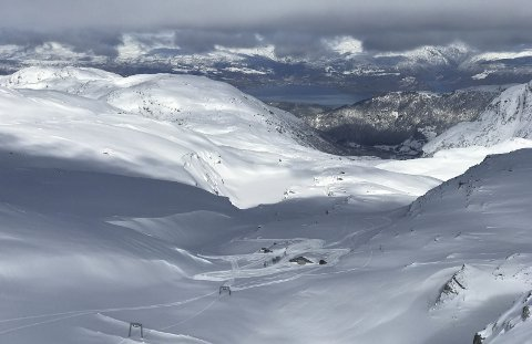 MYE SNØ: Det er metervis med snø i skisenteret på Folgefonna som planlegger å åpne for sesongen allerede til påsken. Foto: Fonna Glacier ski resort