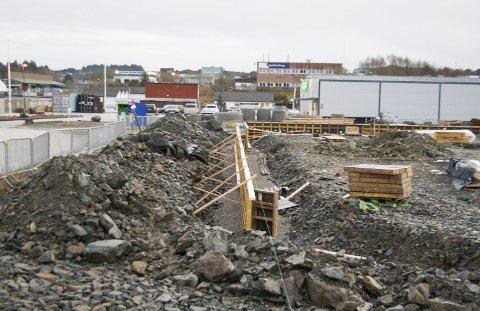 Godt i gang: Arbeidet med tilbygget til Europris (bak til høyre) og grunnarbeidene til nybygget til Biltema startet da Fylkesmannen og Karmøy kommune sa ja i november.Foto: Ruth S. Sveistrup