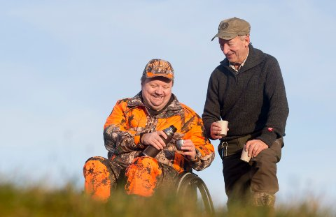 GODE ØYEBLIKK: Leif Arild Fjellheim (t.v.) og Jon Kvilhaugsvik tar en kaffepause fra jakten.