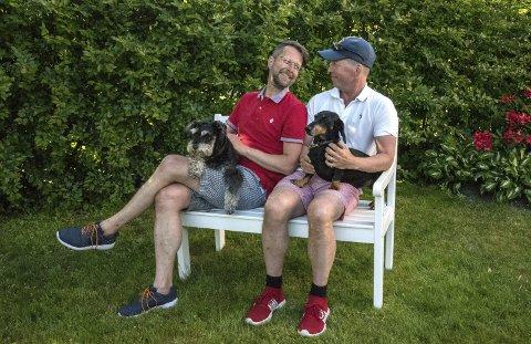NYTTIGE HAGEHUNDER: De to firbeinte, Schnauzeren Edward og Dach-en Teddy, holder faktisk rådyra unna hagen til Helge og Erling Ytterøy L'Orange.