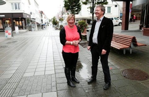 STILLER KRAV: Grethe Kongshavn i Regina gleder seg over oppsving i sentrum. Men mener at alle som driver næring må gå i seg selv for å se hva mer de kan bidra med. Her med ordfører Arne-Christian Mohn, som utfordres til mer byutvikling.