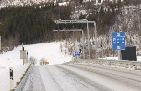 Tovetunnelen Leirfjord vinter snø. Bomstasjon. Bom