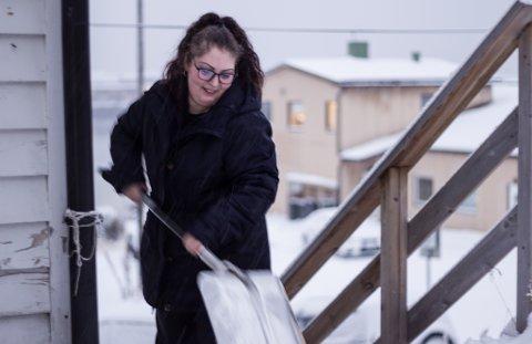 MÅKER SNØ: Otilia Maria Apatena (31) syns det er litt mye arbeid å måke snøen fra trappa, men forteller at det ikke gjør noe. - Jeg elsker vinteren, sier hun blidt.