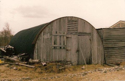 IKONISK: Nissen-hytta ble konstruert av amerikanske ingeniør Peter Norman Nissen til den britiske armé under første verdenskrig. Hytta var en sentral da Garnisonen i porsanger ble etablert rett etter andre verdenskrig. Den avbildede hytta var det gamle skomakerverkstedet i Ildskog leir.