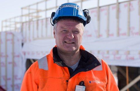 FORNØYD MANN: Daglig leder ved Mietinen Maskin AS, Kjell Bjarne Mietinen, syns det er fint å endelig være igang med det nye tilbygget til Vadsøhallen.