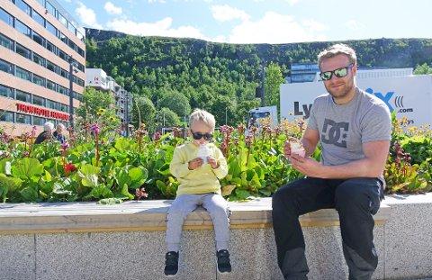 LANG SOMMER: Sommeren har blitt lengre i Nord-Norge, sier ekspertene. Her sitter Torstein Stock-Sakshaug og pappa Henning Sakshaug og koser seg med is i Hammerfest sentrum.