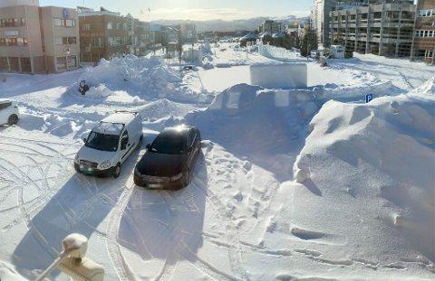 SNØDEPONI: Den 18. mars 2021 fikk Alta kommune tilbakemelding fra parkeringstjenesten om at parkeringsarealet er redusert ved P4 på grunn av snødeponi plassert på parkeringsarealet. Parkeringsskiltet som viser hvor parkeringen begynner, var så vidt synlig under snømassene.
