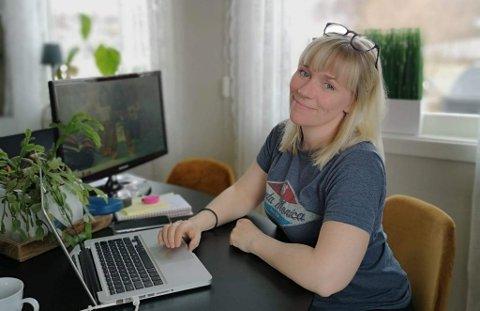 HJEMME: Tina på hjemmekontor under planlegging av den nye butikken.