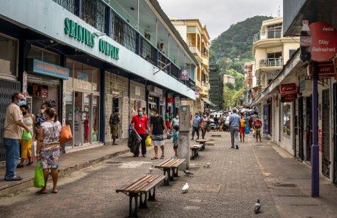 STORVAKSINASJON: Ingen land har vaksinert en større andel av befokningen enn Seychellene. Her fra hovedstaden Victoria i februar. Foto: Salim Ally (AP)
