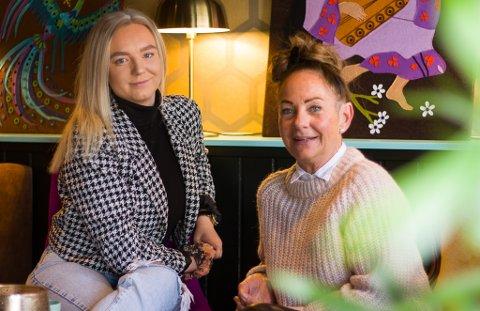 OVER ALL FORVENTNING: Kinga Slomska (22) og Eva Lyngvær (56) firteller at åpningen av Bajasso har gått over all forventning.