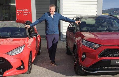 SALGSSJEF: Oskar Langli sier at selv om de kjøper bruktbiler nå, så betyr det ikke at de ønsker å selge dem videre. I hovedsak er det lokale som har kjøpt bruktbiler fra dem i sommer.