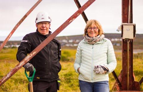 STÅR PÅ: Håndverker ved Varanger museum, Paul Sigmund Hansen, og prosjektmedarbeider ved museet, Sigrid Skarstein, er også tilstede under arbeidet.