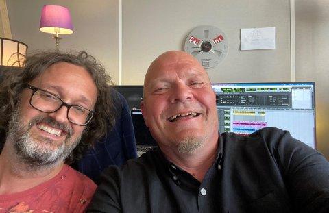 GOD TONE: – Musikken min har fått det uttrykket jeg ønsker, sier Øystein Drøsshaug (t.h.) etter to hektiske studiodager sammen med musiker, tekniker og produsent Trond Nedberg.