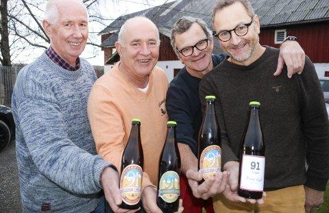 ØLHUNDER: Inspirert av Sørums største kjendis lanserer denne kvartetten snart det lokale ølet «91 Ideligen». Fra venstre: Anders Andersen, Knut Gjerstad, Even Gustav Eid og Erik Karlsen Eid, med bryggerilokalet på Nordgarn Norum i bakgrunnen. Alle foto: Jon Wiik
