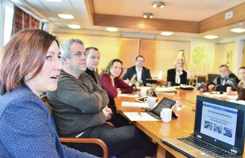 ORIENTERTE: Helsefaglig rådgiver Siw Heggevik Lund orienterte formannskapet om velferdsteknologi, som blant annet skal installeres i de nye omsorgsboligene.Foto: Øyvind Henningsen