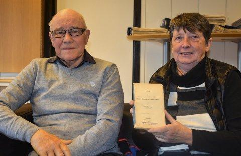 GIR UT BOK: Bjørn Bergsjø og leder i Høland historielag, Eva Marie Gran. Foto: Anne Enger Mjåland