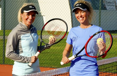 DOUBLE: Søstrene Lin og Pia sikter ikke mot å bli Sørumsands svar på søstrene Williams, men de har veldig stor glede av tennis og inviterer flere til å gå på kurs i Idrettsparken.