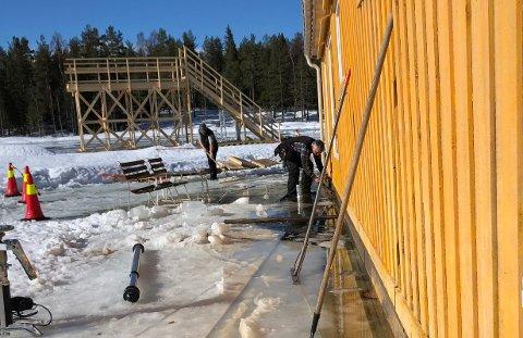 REDDET INNSPILLINGEN: Gjengen i Aurskog-Høland Bygdeservice SA kastet seg rundt og hjalp til da scener i den nye James Bond-filmen sto på spill.