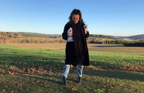 BONDE- OG OSLOJENTE: Anniken Holmsen bor i Oslo, men liker godt å komme hjem til gården i Aurskog. Iblant tar hun hønene med på en spasertur.