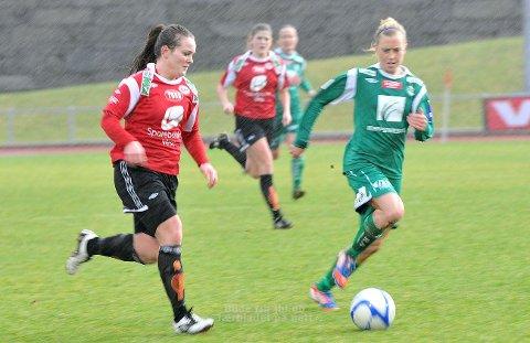 Hege Hansen (t.v.) i duell med tidligere lagvenninne Eirin Bjerkreim Kleppa.