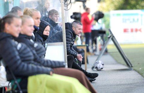 MYE MOGANG: Nick Loftus (til høyre) har sett laget sitt slite i Toppserien i år. På benken ser vi Ine Tveit (f.v.), Ida Hetland Pedersen, Emma Braut Brunes og Amailie Kolnes. Bak Loftus sitter assistenttrener Nathan Flight.