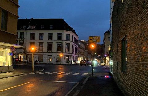 GULT ER SÅNN PASSE KULT: Tirsdag morgen blinket lyskrysset i Langgaten gult, slik det har gjort i flere uker nå. Men onsdag skal alt bli så mye bedre, ifølge Set Elektro.