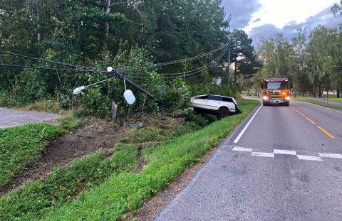 HAVNET UTFOR: Tidlig torsdag morgen kjørte denne bilen utfor veien og ødela en lyktestolpe i Våle.