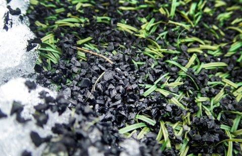 FORURENSENDE: Gummigranulat fra kunstgressbaner er den nest største landbaserte kilden til mikroplast i i Norge.
