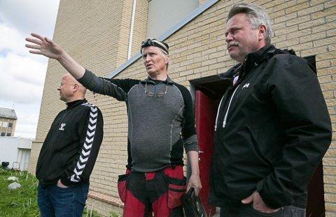TOMT: Odd Aune viser Harald Sørensen og Pål K. Gabrielsen hvor tomtegrensene er.