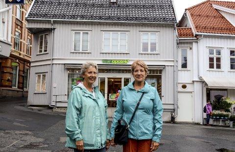 Opphav: Cristy Fossum (t.v.) og Susan Fossum Thornton utenfor Apotekgården, hvor deres forfedre bodde ifølge folketellingen fra 1865.