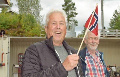 FLAGGET: Oddvar Langemyr til venstre tok fram flagget i anledning den store dagen på Ytre Kroken. Klikk på pilene eller sveip for å se flere bilder.
