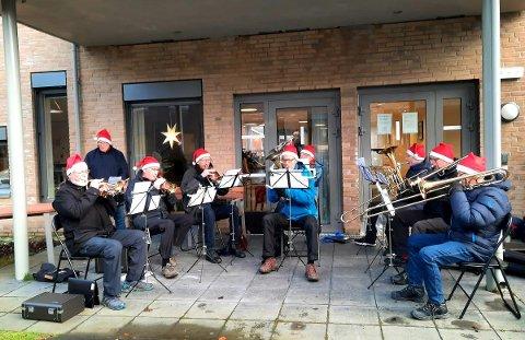 Det vart skikkeleg julestemning då veterannissane spelte på Rosendalstunet.